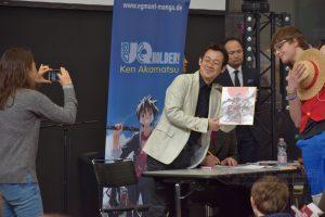 Signierstunde mit Ken Akamatsu am Schwarzen Sofa